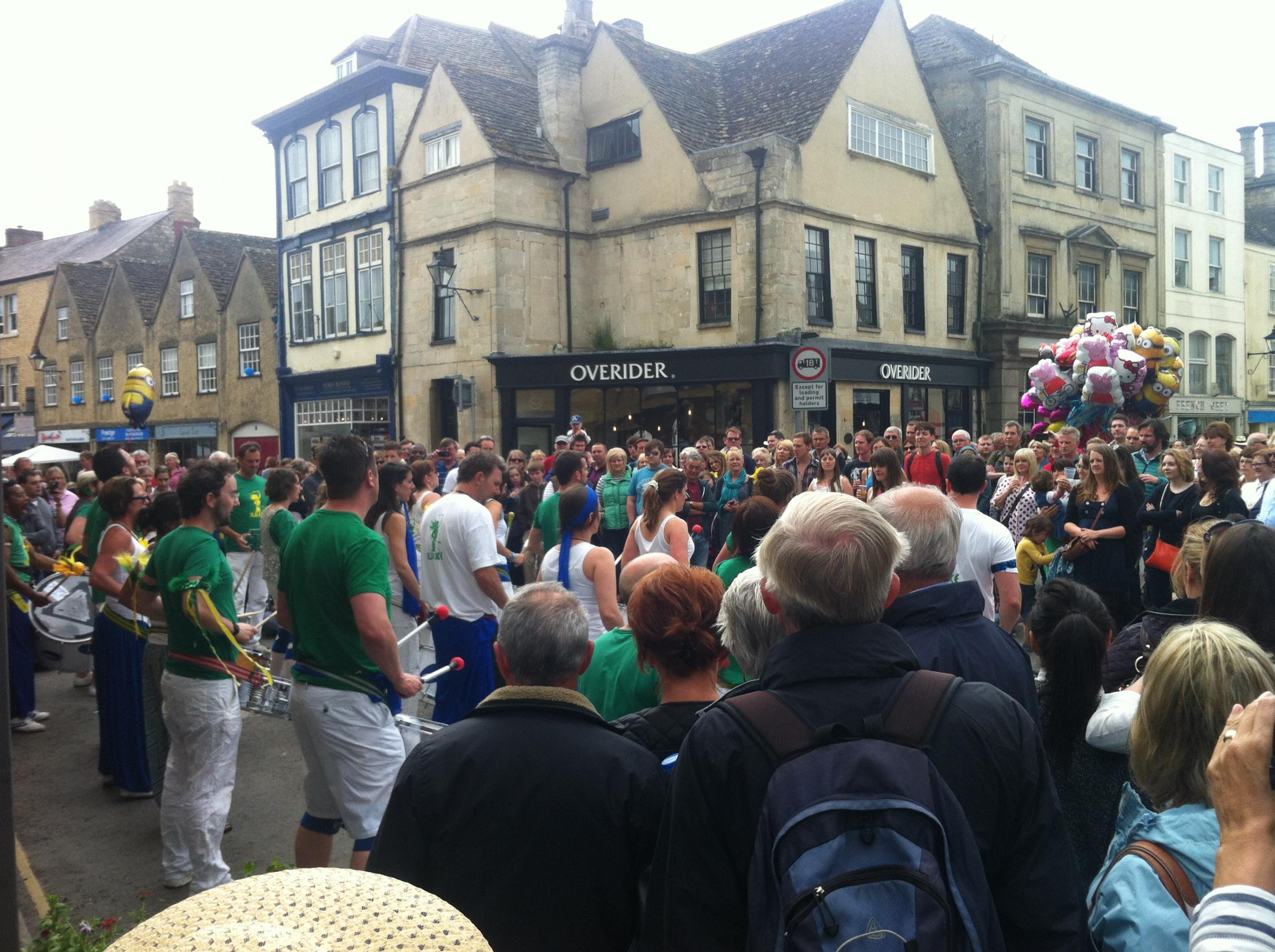 Hundreds turn out for Tetbury Woolsack Races 2014